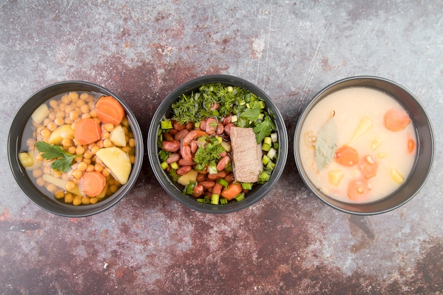 Vista piana di varie zuppe di verdure
