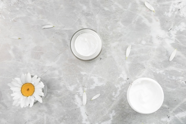 Vista piana laica di crema naturale su sfondo di marmo
