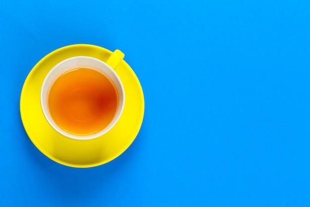 Vista piana laici caffè o tazza di tè sul colore di sfondo