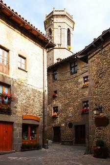Vista pittoresca di rupit - villaggio catalano