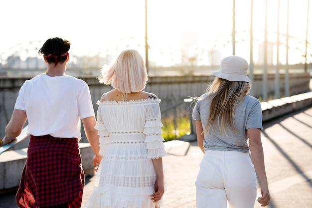 Vista posteriore amici che camminano insieme