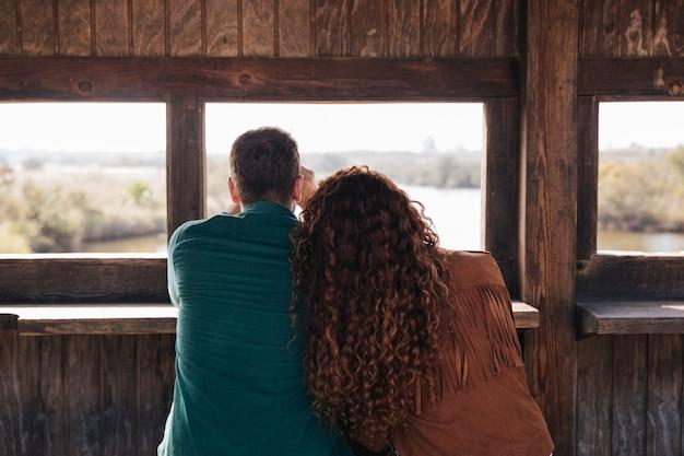 Vista posteriore coppia all'interno di un rifugio