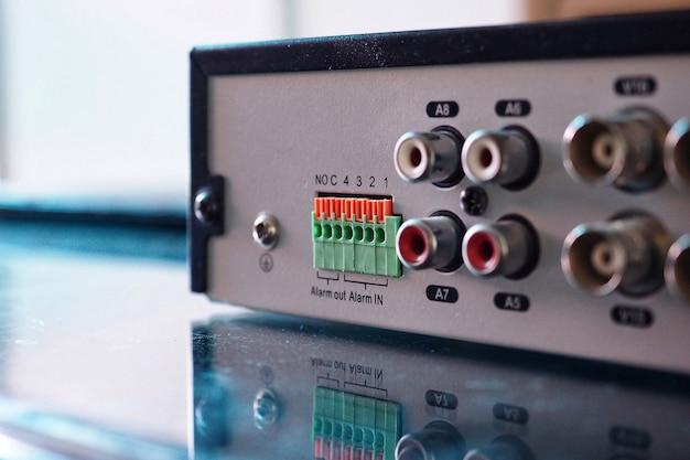 Vista posteriore dei sistemi di telecamere tvcc registrate con videoregistratore dvr mostrando la porta.