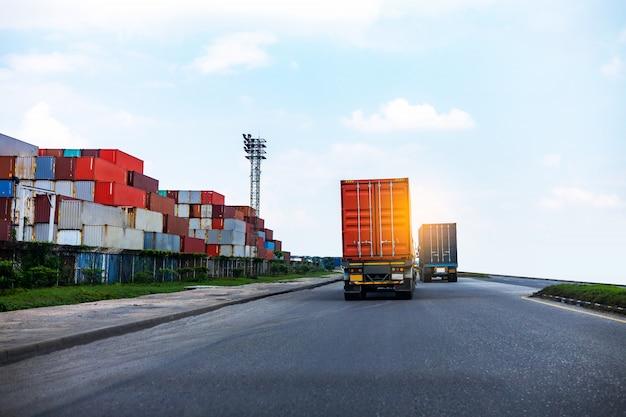 Vista posteriore del camion rosso del contenitore nella logistica della porta della nave. industria dei trasporti nel concetto di affari del porto.