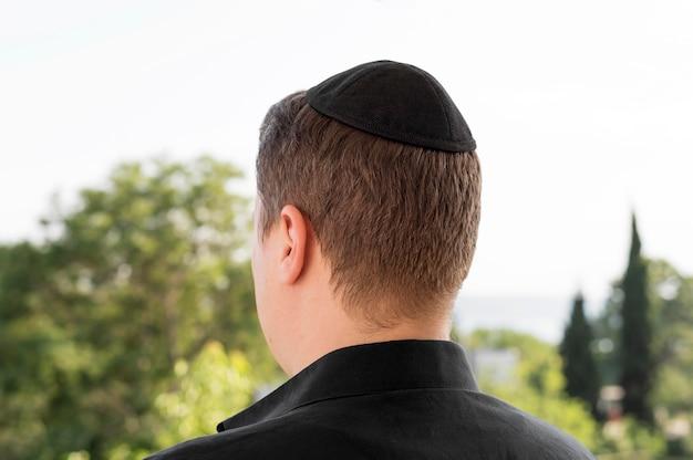 Vista posteriore dell'uomo con kippah