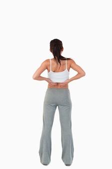 Vista posteriore della donna con le mani sulla sua anca