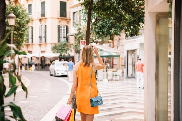 Vista posteriore della donna in vestito giallo
