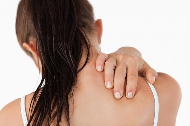 Vista posteriore della giovane donna con dolore al collo