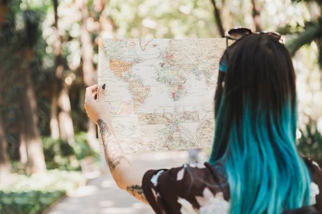 Vista posteriore della giovane donna guardando la mappa