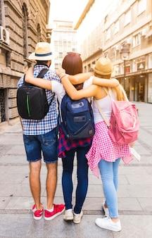Vista posteriore di amici in piedi sulla strada