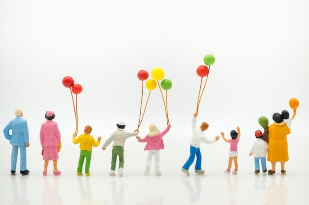 ฺ vista posteriore di palloncini azienda famiglia felice utilizzando come sfondo giornata internazionale della famiglia.