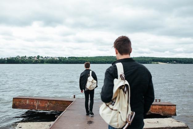 Vista posteriore di ragazzi su una passerella metallica