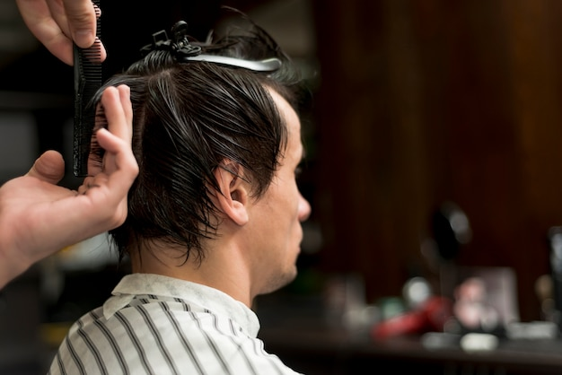 Vista posteriore di un uomo che ottiene un taglio di capelli