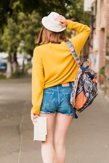Vista posteriore di una donna che viaggia da sola