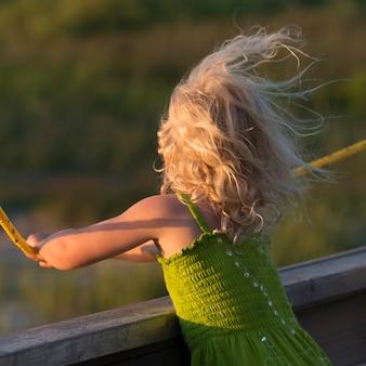 Vista posteriore di una ragazza con i capelli che soffia nel vento, north rustico, prince edward island, canada