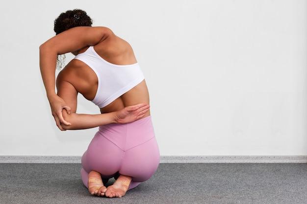 Vista posteriore donna seduta sulle sue gambe