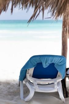 Vista posteriore spiaggia sedia in riva al mare