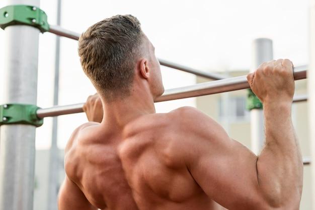 Vista posteriore uomo allenamento senza camicia