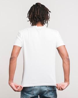 Vista posteriore uomo in abiti casual