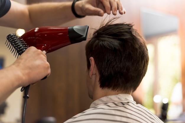 Vista posteriore uomo ottenere un taglio di capelli
