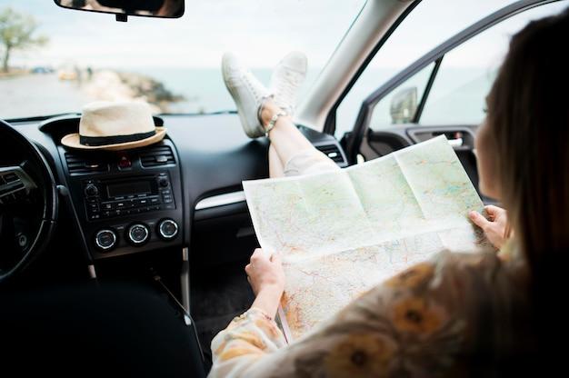 Vista posteriore viaggiatore godendo il giro di vacanza con auto
