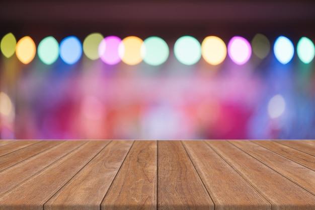 Vista prospettica vuota con parete scintillante di bokeh e pavimento in legno di plancia, modello modellato per la visualizzazione del prodotto