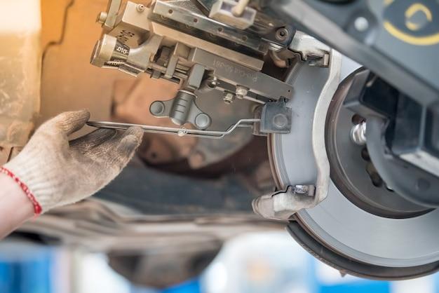 Vista ravvicinata dei freni a disco dell'automobile