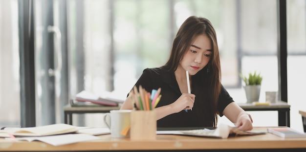 Vista ravvicinata del grafico femminile motivato che lavora al progetto imminente