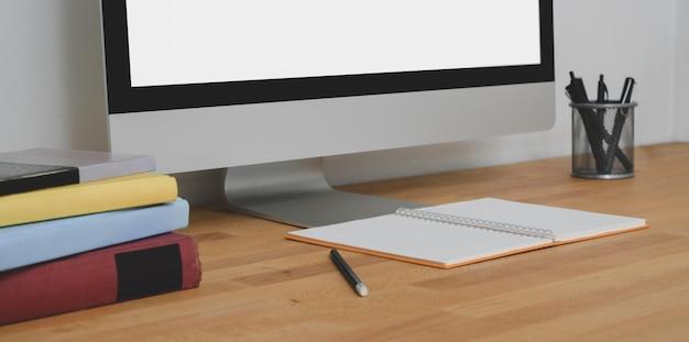 Vista ravvicinata dell'area di lavoro contemporanea con computer desktop