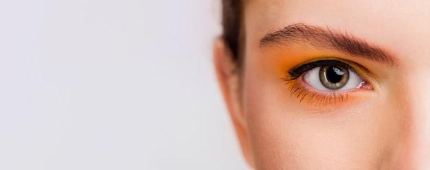 Vista ravvicinata dell'occhio con spazio di copia
