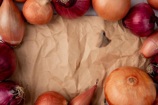 Vista ravvicinata di diverse cipolle con spazio di copia