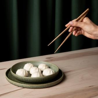 Vista ravvicinata di gnocchi sulla tavola di legno