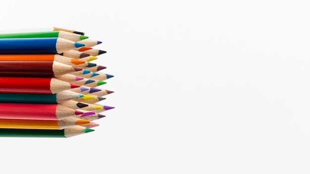 Vista ravvicinata di matite colorate con spazio di copia