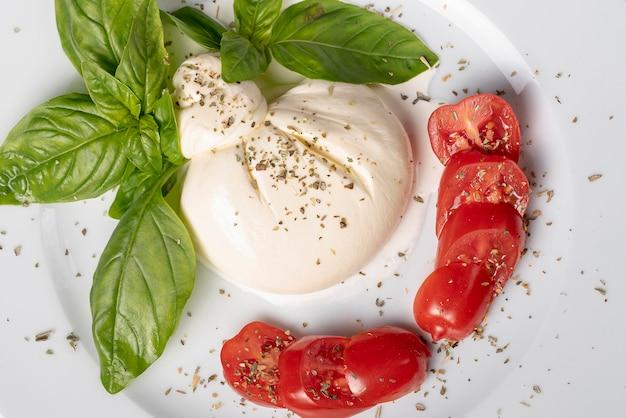 Vista ravvicinata di mozzarella e pomodorini