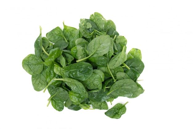 Vista ravvicinata di un mucchio di spinaci freschi, isolato su uno sfondo bianco.