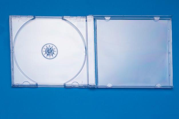 Vista ravvicinata di una custodia vuota per cd gioiello trasparente.