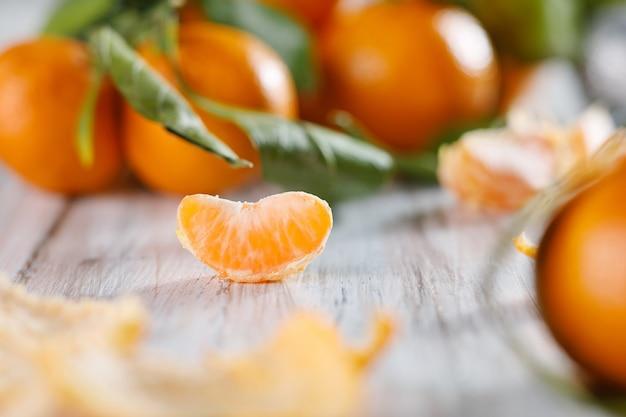 Vista ravvicinata di una fetta di mandarino. messa a fuoco selettiva, profondità di campo