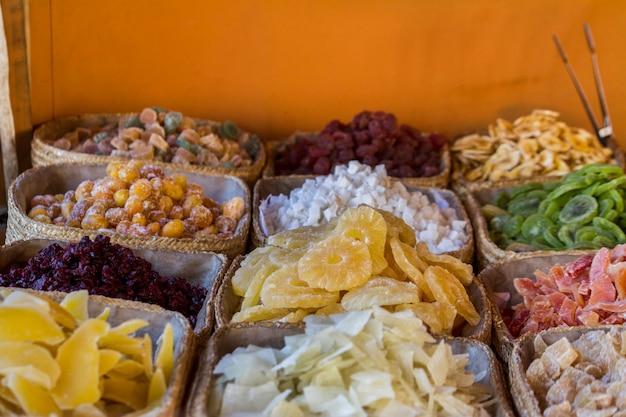 Vista ravvicinata di una fiera con molti oggetti esposti tra cui frutta caramellata.