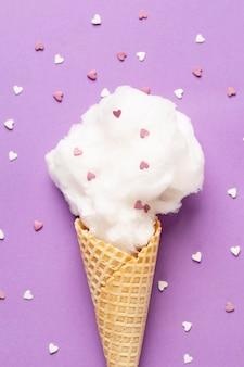 Vista ravvicinata di zucchero filato nel cono gelato