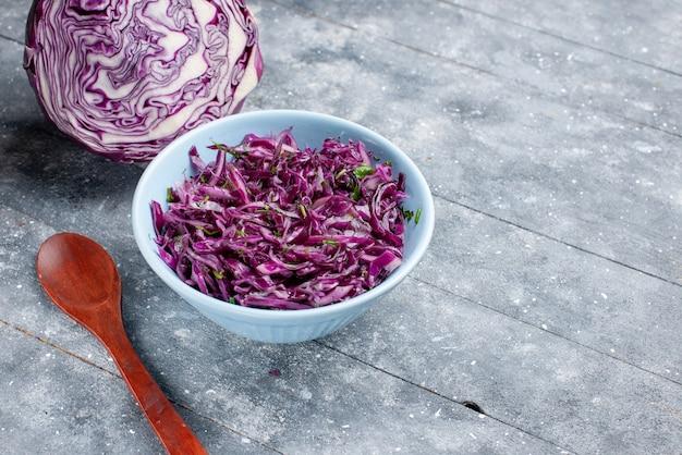 Vista ravvicinata frontale cavolo viola maturo fresco affettato e intero sul colore della vitamina cibo maturo vegetale superficie rustica grigia