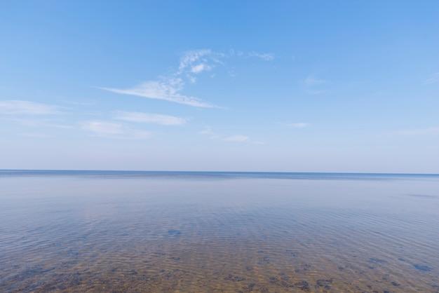 Vista scenica del mare idilliaco contro cielo blu