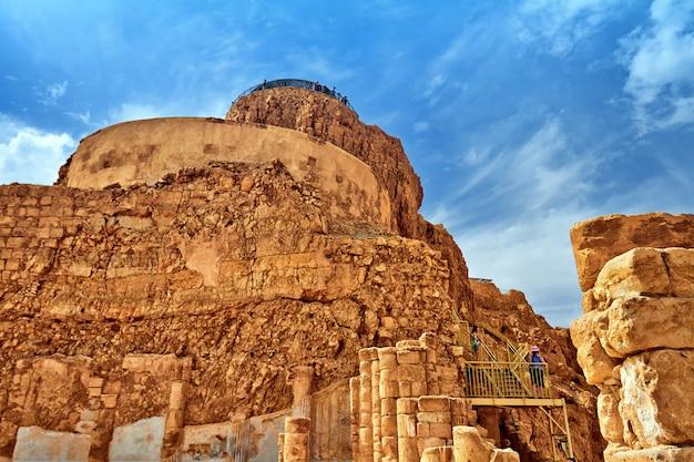 Vista scenica del supporto di masada nel deserto di judean vicino al mar morto, israele.