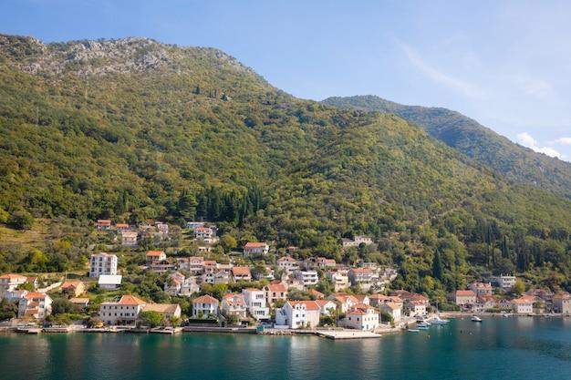 Vista scenica di vecchia città, delle montagne e della costa da acqua della baia di cattaro, montenegro