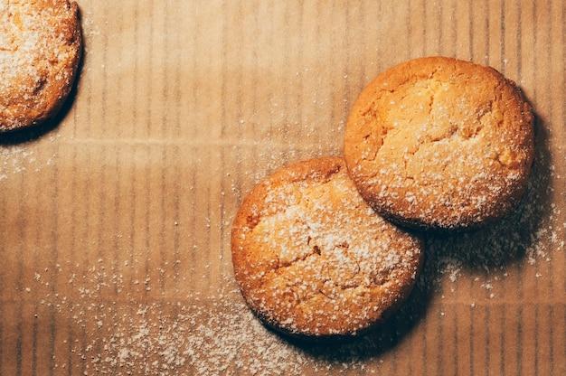 Vista semplice del primo piano dei biscotti rotondi sulla carta di cottura