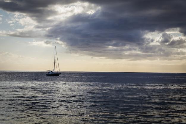 Vista serale della barca a vela dalla spiaggia dell'isola di oahu, hawaii