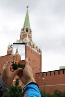Vista smartphone degli edifici più famosi di mosca della torre nel centro della città