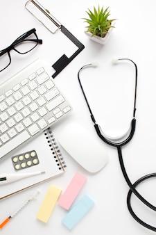 Vista sopraelevata degli accessori medici su superficie bianca