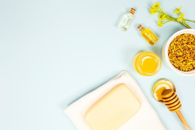 Vista sopraelevata dell'ingrediente di aromaterapia su fondo blu