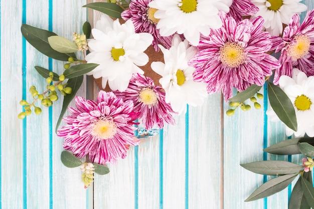 Vista sopraelevata della decorazione dei fiori su fondo di legno
