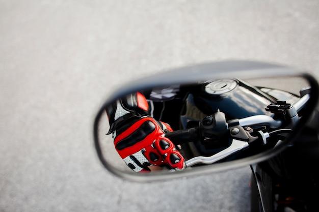 Vista specchietto retrovisore del motociclista